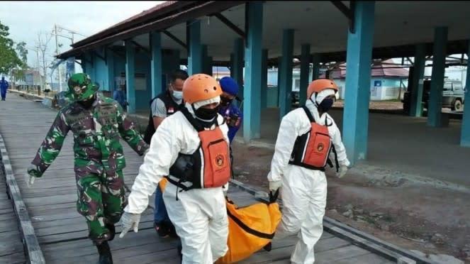 VIVA Militer: Tim SAR Lanal Sangatta Evakuasi Mayat Terapung di Kaltim