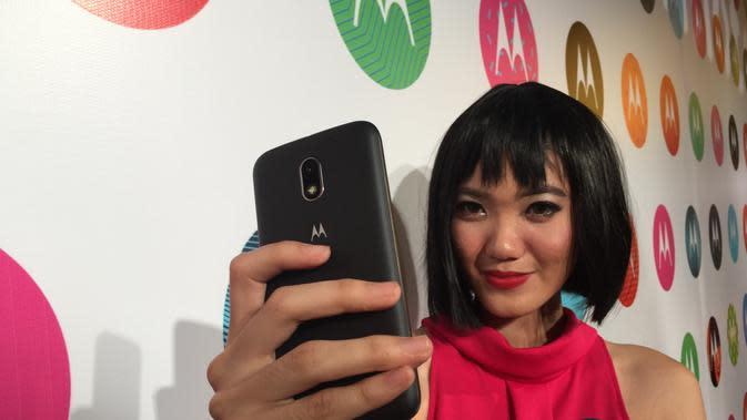 Model sedang memegang smartphone Motorola (Liputan6.com/Jeko Iqbal)