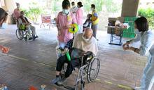 豐原醫院護理之家柑仔店開張 長者坐輪椅也要玩