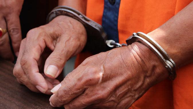 Ilustrasi – Tersangka pencabulan balita di Kebumen diborgol. (Foto: Liputan6.com/Muhamad Ridlo)