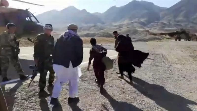 Nooria dan dua saudara laki-lakinya naik helikopter militer ke rumah persembunyian setempat