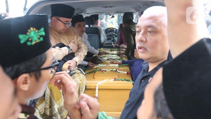 Jenazah KH Salahuddin Wahid atau Gus Sholah siap untuk diberangkatkan menuju Jombang dari rumah duka di Tendean, Jakarta, Senin (3/2/2020). Pemimpin Pondok Pesantren Tebuireng tersebut meninggal pada usia 78 tahun. (Liputan6.com/Herman Zakharia)