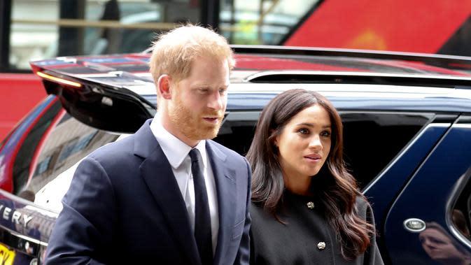 Pangeran Harry dan Meghan Markle mengunjungi New Zealand House di London, Selasa (19/3). Pangeran Harry dan Meghan Markle menempatkan karangan bunga di luar gedung sebagai penghormatan kepada para korban serangan teror di Christchurch. (AP/Alastair Grant)