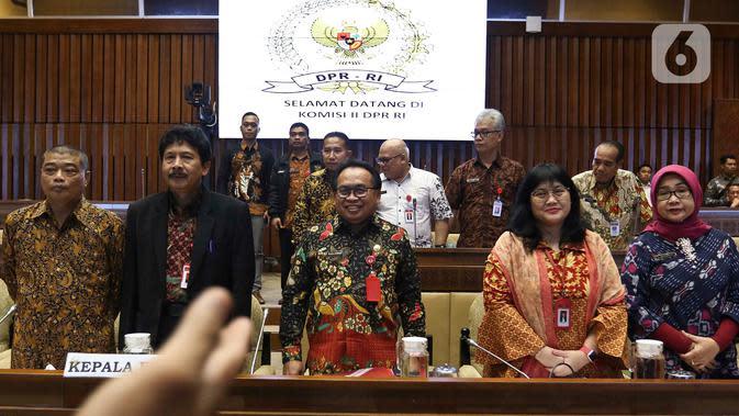 Kepala BPIP Yudian Wahyudi (kedua kiri) berfoto bersama sebelum Rapat Dengar Pendapat (RDP) dengan Komisi II DPR di Kompleks Parlemen, Senayan, Jakarta, Selasa (18/2/2020). Agenda RDP membahas sejumlah isu terkait, salah satunya rencana pemulangan anak-anak ISIS eks WNI. (Liputan6.com/Johan Tallo)