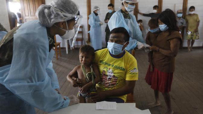 Pekerja medis melakukan pemeriksaan kesehatan terhadap masyarakat pribumi di Negara Bagian Roraima, Brasil (30/6/2020). Tim medis militer Brasil menyediakan perawatan medis bagi masyarakat pribumi mulai 30 Juni hingga 5 Juli, termasuk tes COVID-19. (Xinhua/Lucio Tavora)