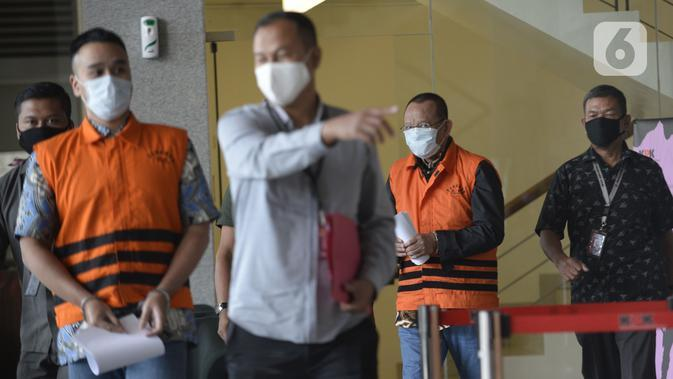 Mantan Sekretaris MA Nurhadi (kedua kanan) dan menantunya Rezky Hebriyono (kedua kiri) memakai rompi tahanan usai ditangkap KPK di Gedung KPK, Jakarta, Selasa (2/6/2020). KPK menangkap Nurhadi dan menantunya terkait kasus dugaan suap gratifikasi pengurusan perkara di MA. (merdeka.com/Dwi Narwoko)