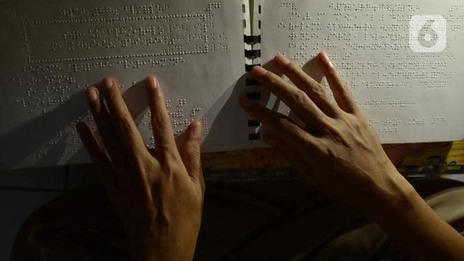 Seorang tunanetra membaca Al-Quran braille saat tadarus bersama secara online lewat aplikasi di Jakarta, Selasa (12/5/2020). Di tengah pandemi COVID-19 ini, sejumlah tunanetra melakukan tadarus bersama guna meningkatkan keimanan dan ketakwaan di bulan Ramadan 1441 Hijriah. (merdeka.com/Imam Buhori)