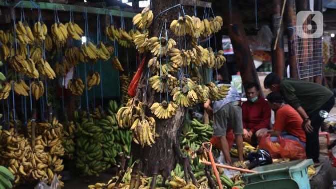 Aktivitas jual beli pisang di Pasar Lembang, Tangerang, Sabtu (3/10/2020). Biasanya pisang yang dijual di pasar itu banyak dibeli dalam jumlah besar untuk acara hajatan, namun di saat pandemi COVID-19 kegiatan keramaian dilarang. (Liputan6.com/Angga Yuniar)