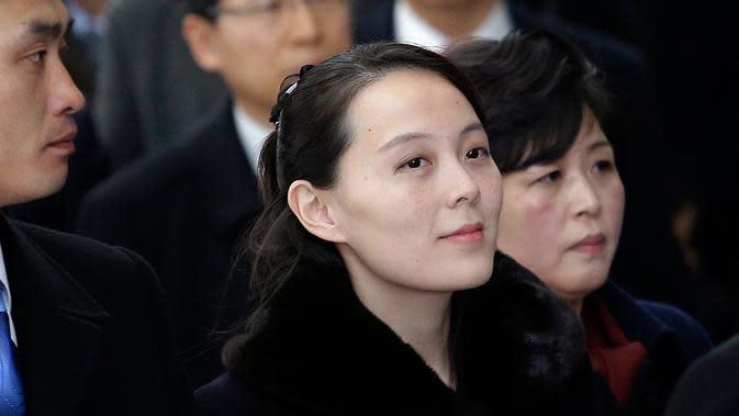 Adik perempuan pemimpin Korea Utara Kim Jong-un, Kim Yo-jong tiba di Bandara Internasional Incheon, Korea Selatan, Jumat (9/2). Kim Yo-jong menjadi bagian delegasi tingkat tinggi yang menghadiri pembukaan Olimpiade Pyeongchang. (AP Photo/Ahn Young-joon)