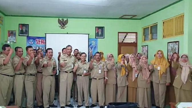Foto tangkapan layar video dukungan ASN Dinas Pendidikan Purbalingga untuk kelanjutan kepemimpinan Bupati Purbalingga Dyah Hayuning Pratiwi. (Foto: Liputa6.com/Rudal Afgani)