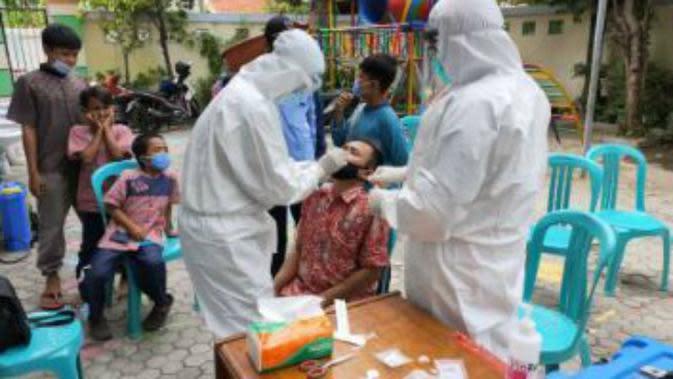 Pemkot Surabaya menyasar lingkungan Pondok Pesantren (Ponpes) yang ada di Surabaya, Jawa Timur untuk gelar tes COVID-19. (Foto: Dok Humas Pemkot Surabaya)