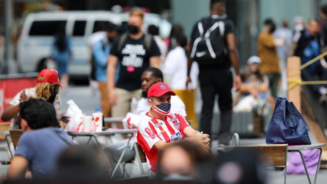 Orang-orang beristirahat di Times Square di New York, Amerika Serikat (AS), pada 31 Agustus 2020. Jumlah kasus COVID-19 di AS melampaui angka 6 juta pada Senin (31/8), menurut Center for Systems Science and Engineering (CSSE) di Universitas Johns Hopkins. (Xinhua/Wang Ying)