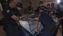 母女夜宿白色恐怖紀念碑廣場 國慶維安憲警無奈抬離帳篷