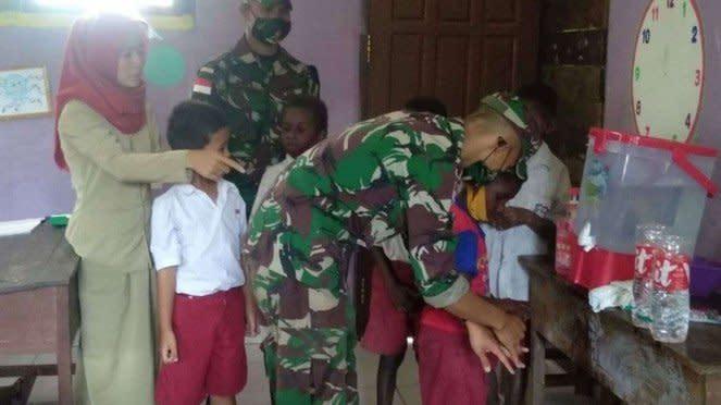 VIVA Militer: Prajurit Yonif 125/SMB Edukasi Cuci Tangan di Perbatasan Papua
