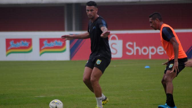 Striker Persela asal Brasil, Alex dos Santos Goncalves, dalam latihan resmi di Stadion Maguwoharjo, Sleman, Rabu (14/8/2019). (Bola com/Vincentius Atmaja)