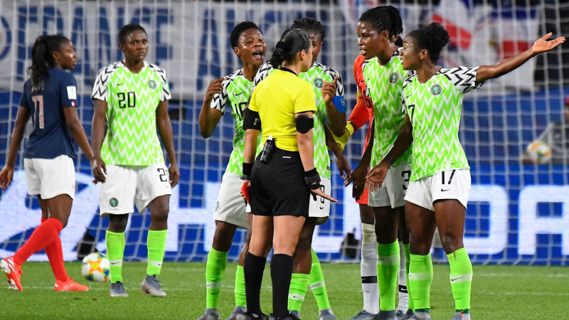 Nigeria's players react to the referee's controversial call.. (Photo by DAMIEN MEYER/AFP/Getty Images)