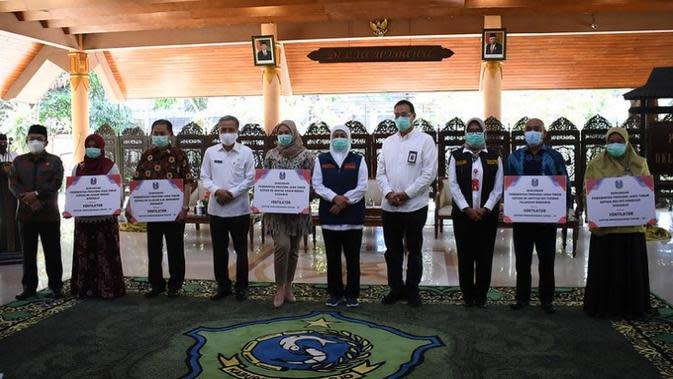 Staf Ahli Menteri Bidang Ekonomi Kesehatan Kementerian Kesehatan RI H. M. Subuh ikut menyerahkan 26 bantuan ventilator untuk 15 rumah sakit di Jawa Timur pada Rabu, 16 September 2020 di Pendopo Delta Wibawa Kabupaten Sidoarjo. (Kementerian Kesehatan)