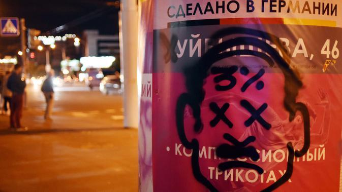 Gambar pemimpin otoriter Alexander Lukashenko terlihat di poster iklan di Minsk (11/8/2020). Belarusia sedang menghadapi krisis politik yang tidak terduga menuntut pengunduran diri pemimpin otoriter Alexander Lukashenko. (AFP/Sergei Gapon)