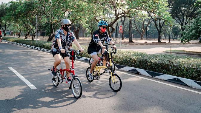 Untuk yang satu ini, Dian juga bersepeda bersama temannya. Kali ini ia berkeliling dengan sepedanya bersama Reina Wardhana. Demi keselamatan, helm tak pernah ketinggalan untuk dikenakan Dian. (Instagram/therealdisastr)