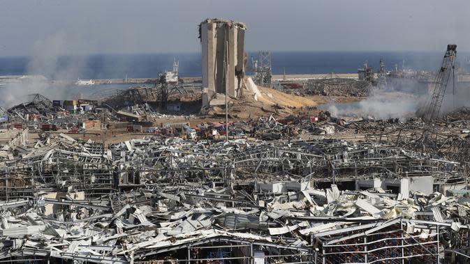 Petugas penyelamat dan keamanan bekerja di lokasi ledakan besar di Beirut, Lebanon, Rabu (5/8/2020). Ledakan yang mengakibatkan puluhan orang tewas dan ribuan lainnya terluka tersebut meratakan pelabuhan dan merusak bangunan di seluruh Beirut. (AP Photo/Hussein Malla)