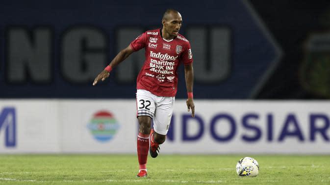 Bek Bali United, Leonard Tupamahu, menggiring bola saat melawan Bhayangkara FC pada laga Piala Presiden 2019 di Stadion Patriot, Bekasi, Kamis (14/3). Bhayangkara menang 4-1 atas Bali. (Bola.com/Yoppy Renato)
