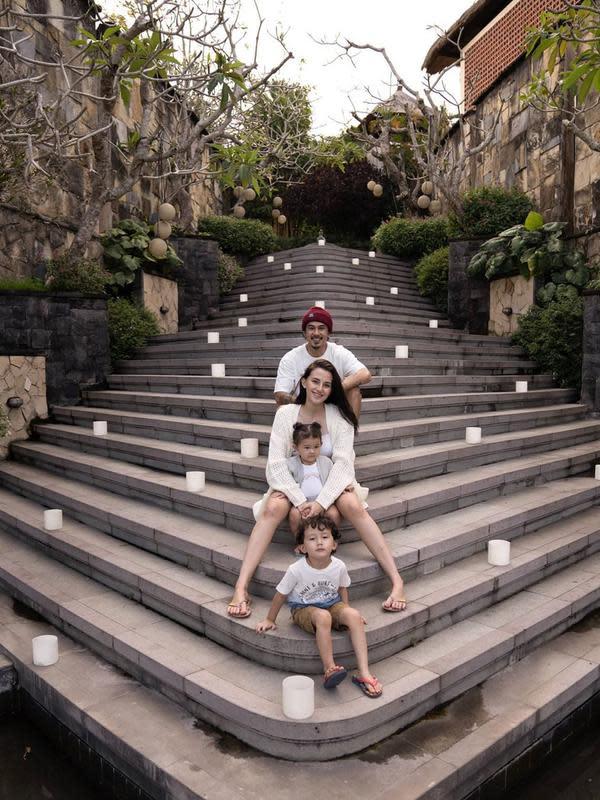 Momen Liburan Dahlia Poland Bareng Suami dan Buah Hati. (Sumber: Instagram.com/dahliachr)