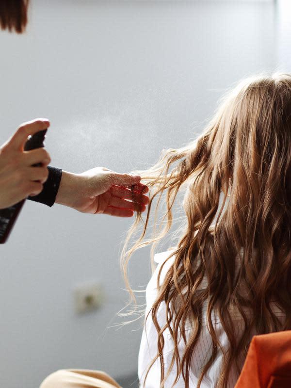 ilustrasi kebiasaan yang membuat rambut rusak/unsplash