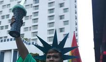 泰國反政府示威者 扮裝成自由女神 (圖)