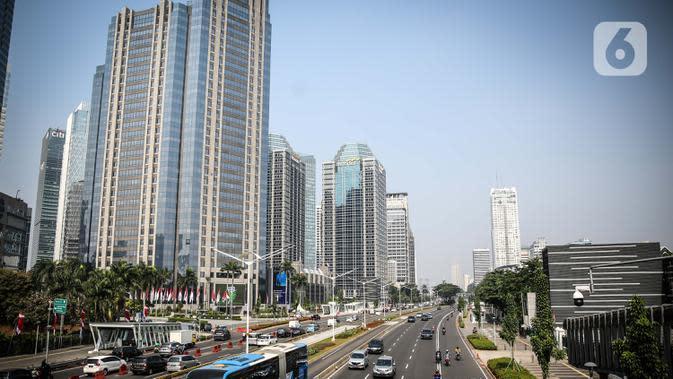 Suasana gedung perkantoran di Jalan Sudirman, Jakarta, Rabu (29/7/2020). Perkantoran, khususnya kantor pemerintahan, menjadi sumber kluster baru terbesar selain permukiman dan pasar. (Liputan6.com/Faizal Fanani)