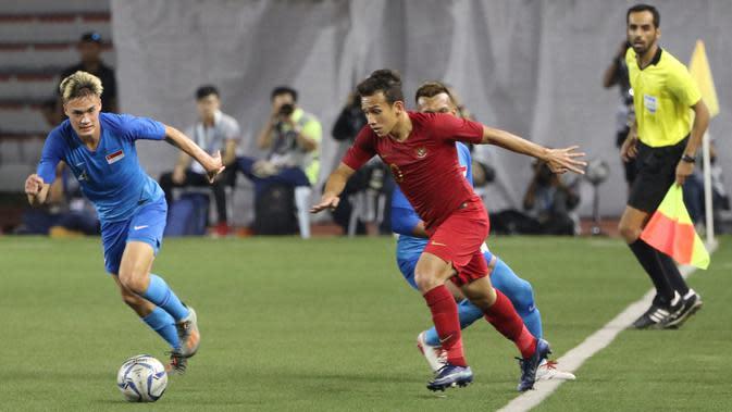 Gelandang Timnas Indonesia U-22, Egy Maulana, menggiring bola saat melawan Singapura U-22 pada laga SEA Games 2019 di Stadion Rizal Memorial, Manila, Kamis (28/11). Indonesia menang 2-0 atas Singapura. (Bola.com/M Iqbal Ichsan)