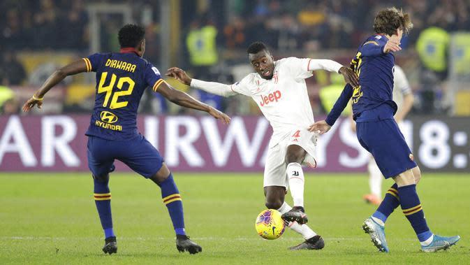 Pemain AS Roma menghadang pemain Juventus pada laga Serie A di Stadion Olimpico, Roma, Minggu (12/1/2020). AS Roma takluk 1-2 dari Juventus. (AP/Andrew Medichini)