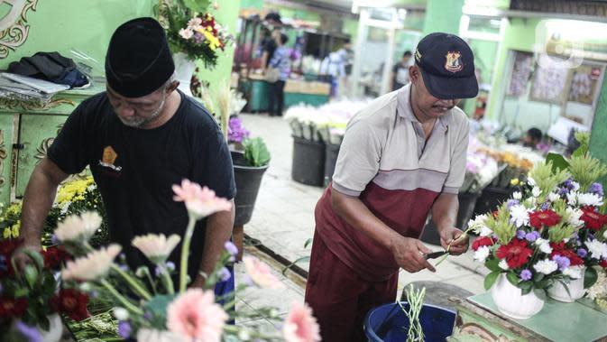 Pedagang merapikan bunga potong di Pasar Bunga Rawa Belong di Jakarta, Sabtu (23/5/2020). Menyambut Hari Raya Idul Fitri 1441 H, permintaan bunga potong untuk menghias rumah turun karena kurangnya minat masyarakat untuk keluar rumah disebabkan pandemi COVID-19. (Liputan6.com/Faizal Fanani)