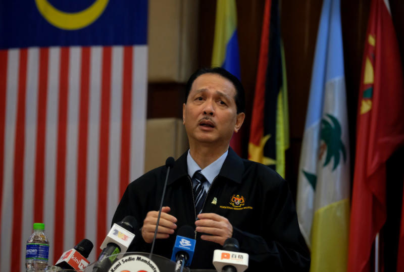 Health director-general Tan Sri Dr Noor Hisham Abdullah said that owing to the increased number of cases, just after 10 people who returned from Sabah tested positive for the virus, MOH would be introducing mandatory swab tests for all other returnees. — Bernama pic