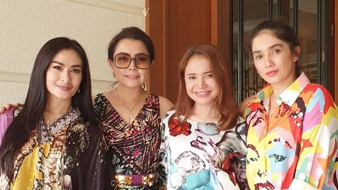 Mayangsari mengunggah foto bersama Ross, Ussy Sulistiawaty, dan Iis Dahlia (Dok.Instagram/@mayangsaritrihatmodjo/https://www.instagram.com/p/B4lum8ngY5K/Komarudin)