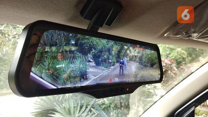 Varian tertinggi Suzuki XL7 dilengkapi dengan e-Mirror. Selain berfungsi sebagai spion tengah, layarnya bisa menampilkan visual kamera depan dan belakang. Menariknya, bisa merekam pula. (Septian/Liputan6.com)