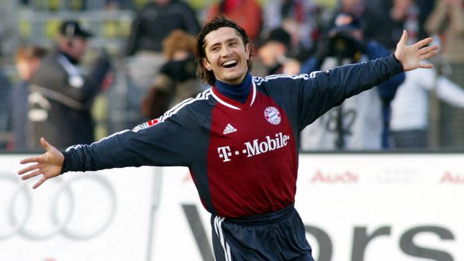 3. Bixente Lizarazu - Legenda Bayern Munchen ini menjadi pemain andalan bek sayap kiri Die Roten pada era 90an. Lizarazu turut menyumbangkan trofi kejuaraan Jerman, piala DFB, Piala Interkontinental dan Liga Champions pada tahun 2001. (AP Photo/Uwe Lein)