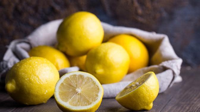 Cara Mencerahkan Wajah Kusam dengan Lemon (sumber: istockphoto)