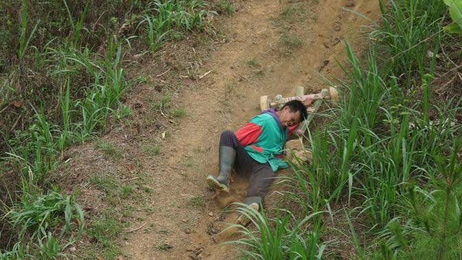 Salah seorang peserta balap kadaplak terjatuh dari tunggangannya. (Liputan6.com/Huyogo Simbolon)