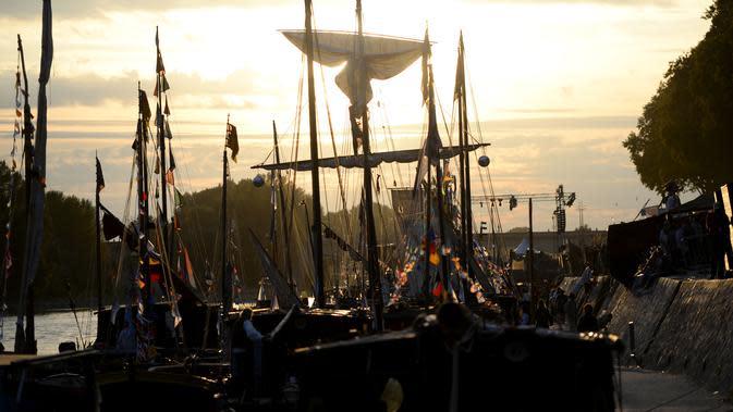 Pemandangan sungai Loire yang dipenuhi perahu saat matahari terbenam di Orleans, Prancis (24/9). Dalam festival ini puluhan hingga ratusan perahu berkumpul di sungai Loire untuk memeriahkan acara. (AFP Photo/Guillaume Souvant)
