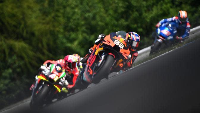 Pembalap KTM asal Afrika Selatan Brad Binder (depan) beraksi dalam MotoGP Ceko di Sirkuit Masaryk, Brno, Republik Ceko, Minggu (9/8/2020). Brad Binder berhasil menjadi juara setelah menjadi yang tercepat di balapan yang digelar sebanyak 21 lap. (Joe Klamar/AFP)