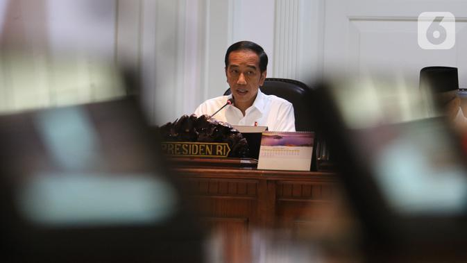 Presiden Joko Widodo atau Jokowi memimpin rapat terbatas (ratas) di Kantor Presiden, Jakarta, Rabu (30/10/2019). Rapat terbatas perdana dengan jajaran menteri Kabinet Indonesia Maju itu mengangkat topik Penyampaian Program dan Kegiatan di Bidang Perekonomian. (Liputan6.com/Angga Yuniar)