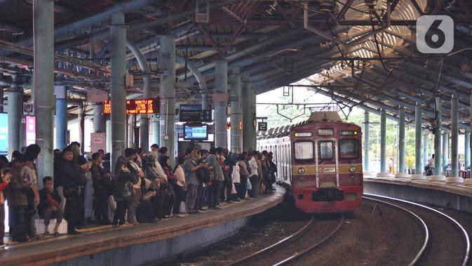 Calon penumpang menunggu kedatangan KRL di Stasiun Juanda, Jakarta, Rabu (20/11/2019). PT KCI akan menambah perjalanan KRL mulai 1 Desember yang disesuaikan dengan Gapeka 2019 guna meningkatkan pelayanan dan mendorong masyarakat menggunakan transportasi publik. (merdeka.com/Iqbal S. Nugroho)