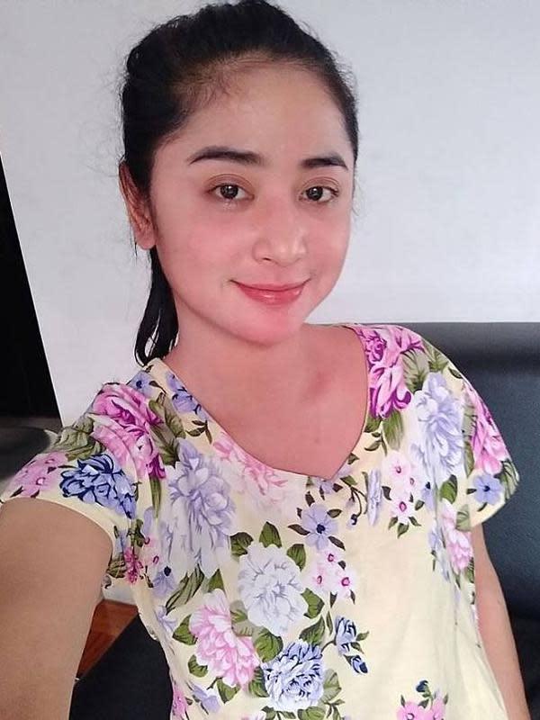 Gaya Dewi Perssik saat di rumah sambil memakai daster tanpa makeup. (foto: Instagram/@dewiperssikreal)