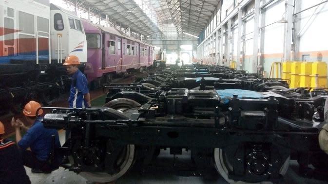 11 Bogie (sistem kesatuan roda pada kereta api) hasil rakitan PT INKA Madiun tiba di Yogyakarta. (Liputan6.com/Fathi Mahmud)