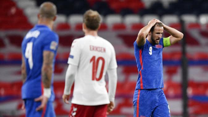 Kapten Inggris, Harry Kane, tampak kecewa usai ditaklukkan Denmark pada laga UEFA Nations League di Stadion Wembley, Kamis (15/10/2020). Denmark menang dengan skor 1-0. (Toby Melville/Pool via AP)