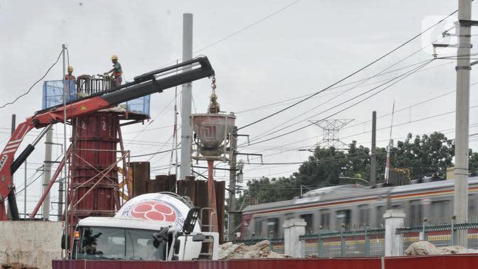 Pekerja menyelesaikan pembangunan Flyover Lenteng Agung, Jakarta, Rabu (26/2/2020). Proyek jalan layang putar arah yang menghabiskan anggaran Rp140,8 miliar tersebut ditargetkan rampung pada November 2020. (merdeka.com/Iqbal S Nugroho)