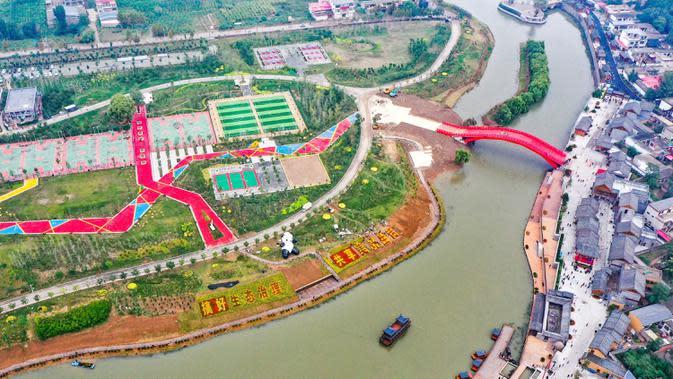 Foto udara salah satu bagian Sungai Fuyang di Wilayah Cixian, Provinsi Hebei, China pada 24 September 2020. Dalam beberapa tahun terakhir, Cixian berupaya menyempurnakan pengelolaan sungai dan restorasi ekologi untuk meningkatkan kualitas sistem perairan di wilayah tersebut. (Xinhua/Wang Xiao)