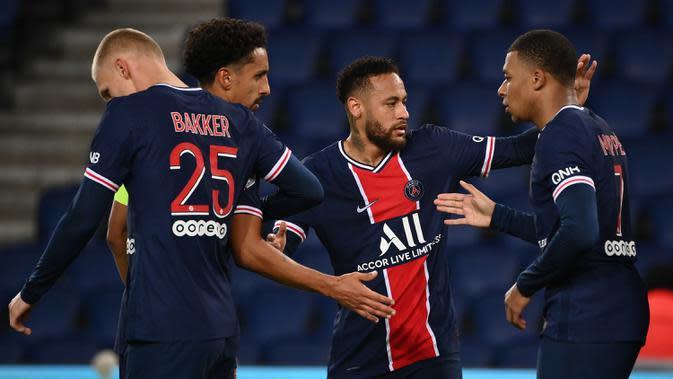 Pemain PSG merayakan gol yang dicetak Neymar ke gawang Angers pada laga lanjutan Liga Prancis di Parc des Princes Stadium, Sabtu (3/10/2020) dini hari WIB. PSG menang 6-1 atas Angers. (AFP/Franck Fife)