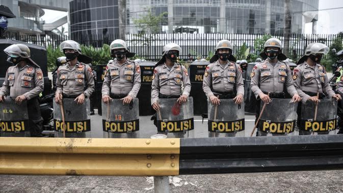 Aparat kepolisian berjaga di sekitar akses menuju Gedung DPR RI guna mengadang massa demonstrasi UU Cipta Kerja, Jakarta, Kamis (8/10/2020). Polri mengerahkan 2.500 personel BKO Brimob Nusantara untuk mengamankan unjuk rasa UU Cipta Kerja di Gedung DPR dan sekitarnya. (merdeka.com/Iqbal S. Nugroho)