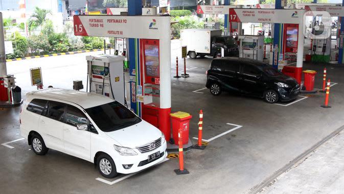 Pelanggang mengisi bahan bakar minyak (BBM) di SPBU, Jakarta, Rabu (19/8/2020). Pemerintah akan menggelontorkan belanja subsidi senilai Rp 54,4 triliun yang akan dialokasikan untuk BBM dan LPG 3 kilogram. (Liputan6.com/Angga Yuniar)